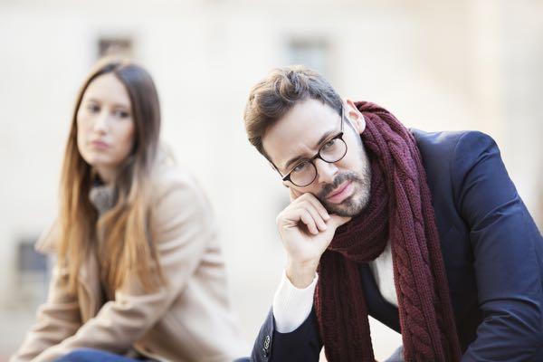 Mandeterapeut: Når tavse mand trækker sig og lukker af - Når en mand ignorerer en kvinde - hvorfor trækker han sig pludselige? Når han ikke tager kontakt.