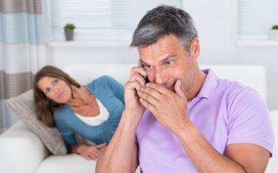 """Kvinde bliver ædt op af jalousi: """"Min mand har skrevet hemmelige beskeder i 5 år!"""""""