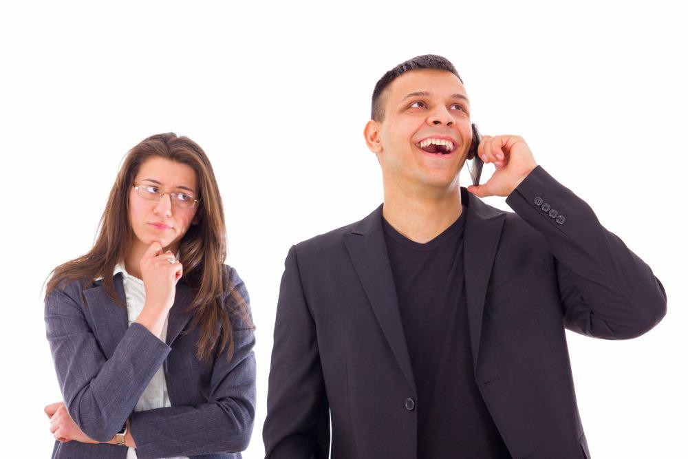 """Bella er jaloux: """"Jeg tror min mand er utro med ung kollega, men kan ikke bevise noget"""""""