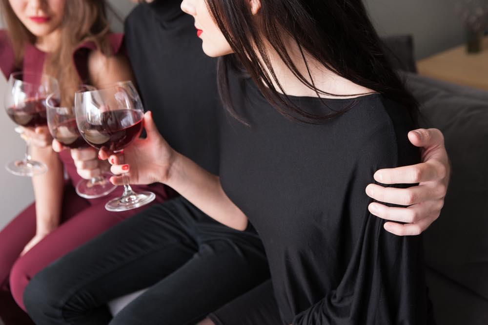 Brevkasse om kærlighed - Parterapeut om utroskab: Utro mand krammer andre kvinder - konen er jaloux